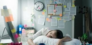 W jaki sposób sen i pora wstawania mają wpływ na wydajność korporacyjną?
