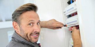 elektryk-przy-pracy-323930-article