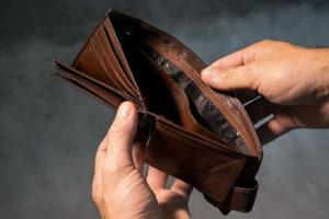 Co wybrać, gdy brakuje pieniędzy – małą pożyczkę czy limit odnawialny?