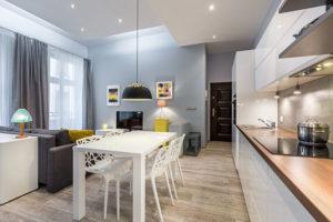 Kawalerka a dwupokojowe mieszkanie – na którą opcję się zdecydować?