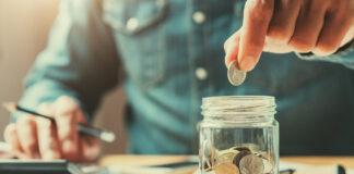 Monety w słoiku jako symbol oszczędzania i inwestowania